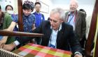 中网市场ChinaOMP.com_近百位考古专家齐聚蓉城研讨丝绸纺织文物保护