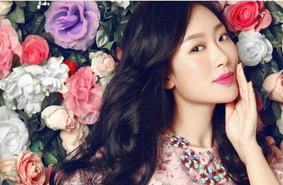 刘一缇写真与花争艳 妩媚优雅十足女人味