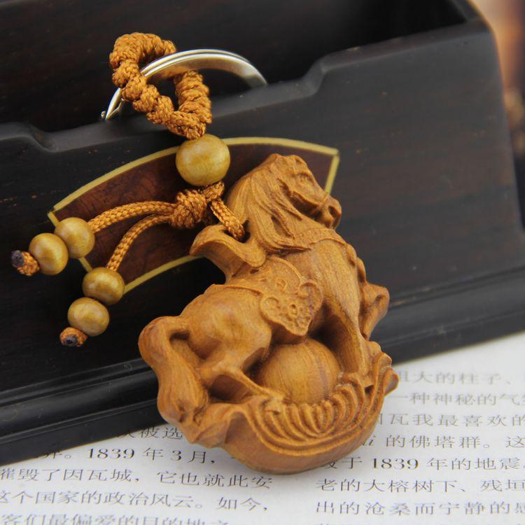 【品名】钥匙扣挂件 元宝马 【材质】非洲花梨木,钥匙圈、线等 【规格】主体长度约4.5cm,宽度约3.7cm,厚度约1.1cm,总长度约8cm 本产品采用正品非洲花梨木雕刻而成,寓意带来吉祥和财气,是一款招财、如意的挂件,做为一款特别且精美钥匙扣将为您的生活带来别样的精彩!花梨木拥有着很好的辟邪能力,佩带辟邪木制品,可以得到很好的护佑,随身携带可以保佑平安。 送挚友,送亲人,送爱人,给他们送去一份祝福,一份守护!促进感情!       原材料简介: 非洲花梨木产于非洲,心材明显,红褐紫色或红褐色,具深紫