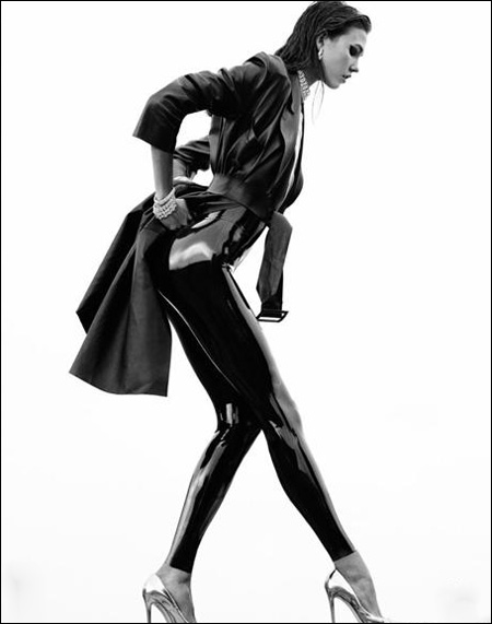 karlie kloss演绎numero黑白服装大片:性感翘臀